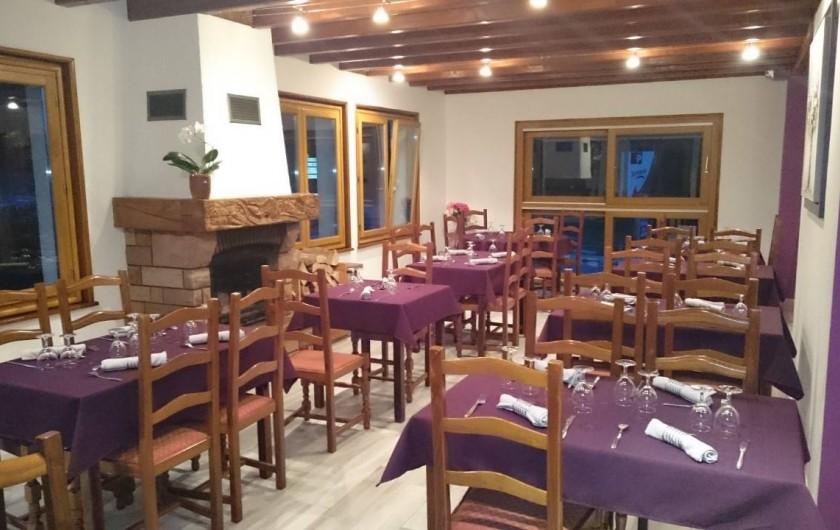 Location de vacances - Hôtel - Auberge à Tendon - Salle de restaurant conviviale avec cheminée à l'âtre