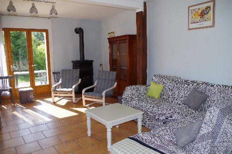Location de vacances - Gîte à Maintenay - Salon, télé, poêle à bois