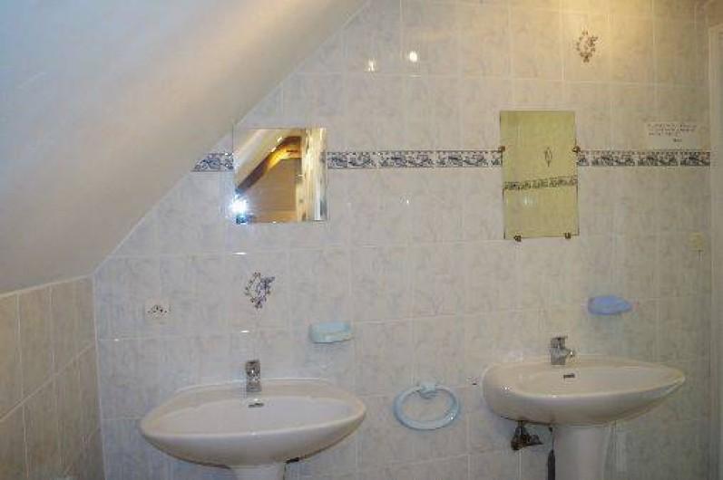 Location de vacances - Gîte à Maintenay - Salle de bain 2 avec 3 dpouches et 4lavabos