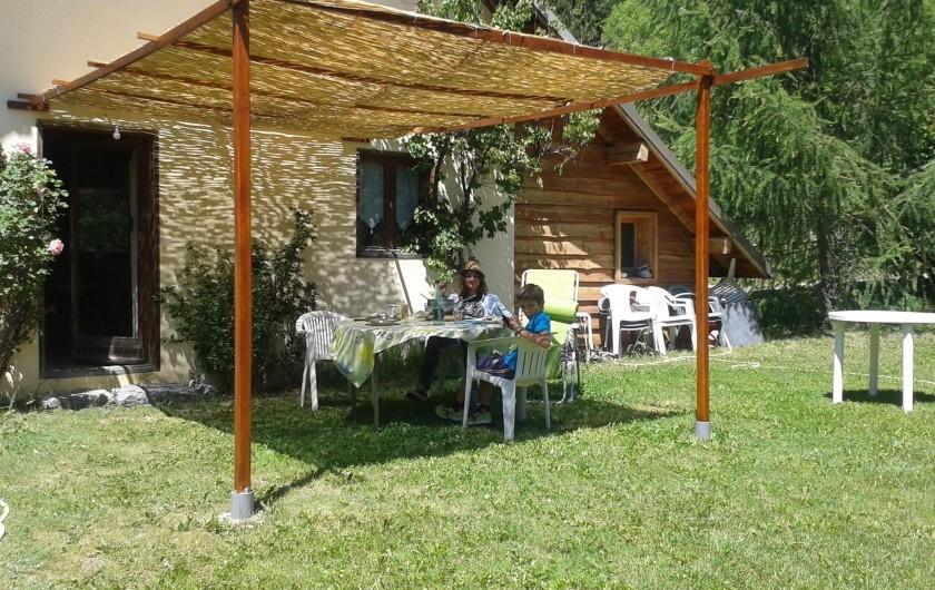Location de vacances - Chalet à Les Vigneaux - façade EST avec une entrée qui donne sur la cuisine