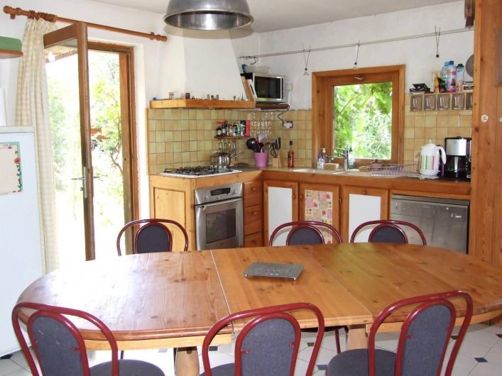 Location de vacances - Chalet à Les Vigneaux - cuisine avec sortie  façade EST