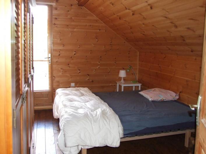 Location de vacances - Chalet à Les Vigneaux - chambre 1 qui se situe au même niveau que la cuisine /salon matelas 1m60 x 2m00
