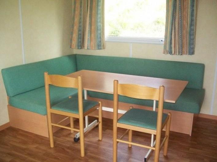 Location de vacances - Bungalow - Mobilhome à Villefranche-du-Périgord - Coin séjour d'un Mobile Home SUPER MERCURE 4-7 p