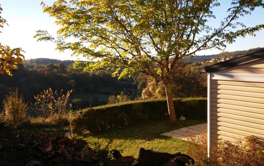Location de vacances - Bungalow - Mobilhome à Villefranche-du-Périgord - Vue depuis un mobile home sur la bastide, la campagne et la forêt