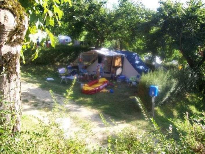 Location de vacances - Bungalow - Mobilhome à Villefranche-du-Périgord - Emplacement ombragé bordé de haies