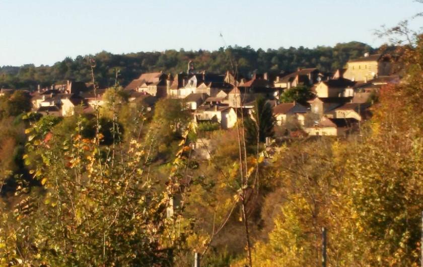 Location de vacances - Bungalow - Mobilhome à Villefranche-du-Périgord - Vue depuis le camping sur la Bastide médiévale de Villefranche du Périgord