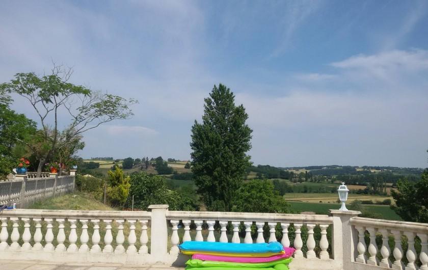 Location de vacances - Gîte à Castelnau-sur-Gupie - panorama depuis la piscine