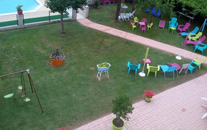 Location de vacances - Gîte à Castelnau-sur-Gupie - entre la terrasse et la piscine , le parc et son allée pavée