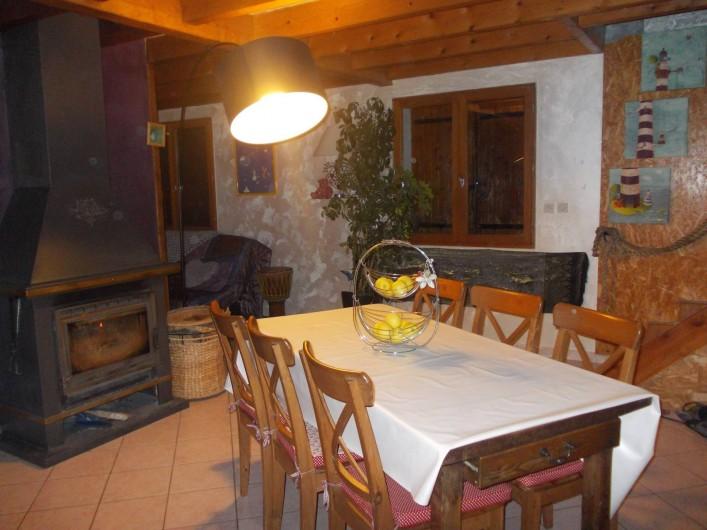 Location de vacances - Villa à Les Vabres - le coin repas avec la cuisine américaine...