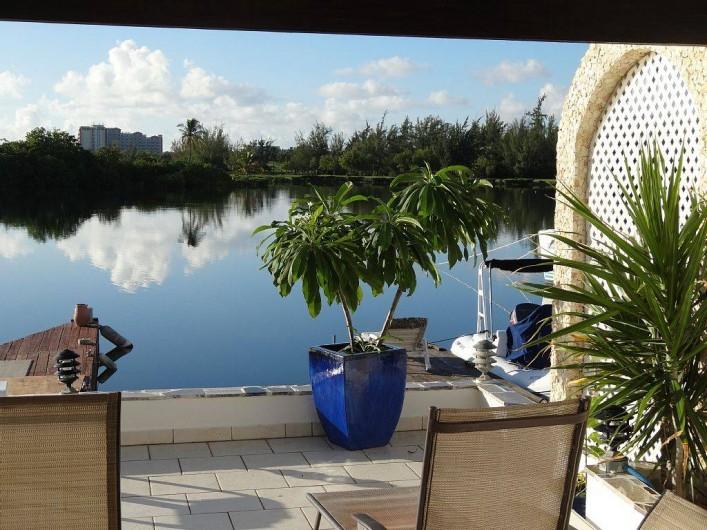 Location de vacances - Villa à Maho - La paix du lagon de Mullet Bay ; au fond les eucalyptus et la plage de mullet