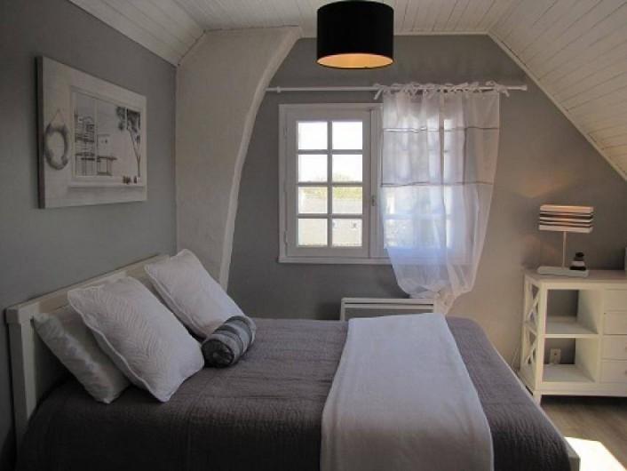 Location de vacances - Villa à Plouhinec - Chambre grise avec lit en 140 à l'étage.
