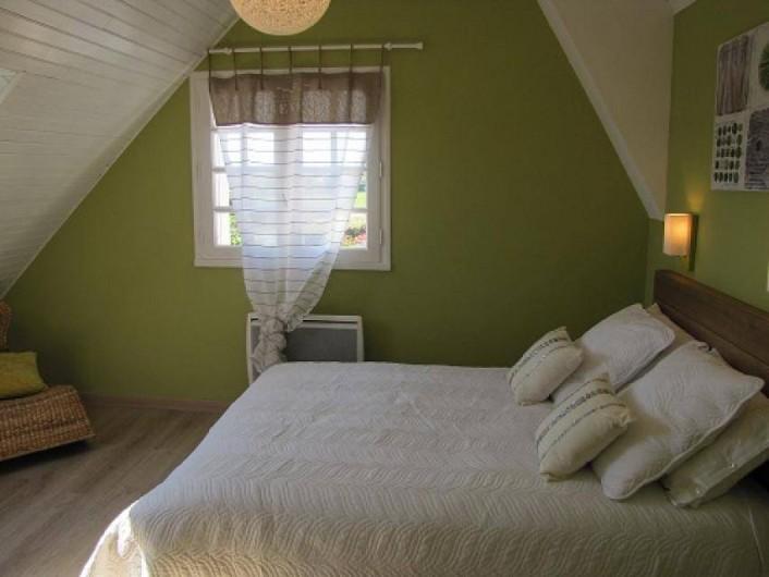 Location de vacances - Villa à Plouhinec - Chambre verte avec lit en 140 à l'étage.