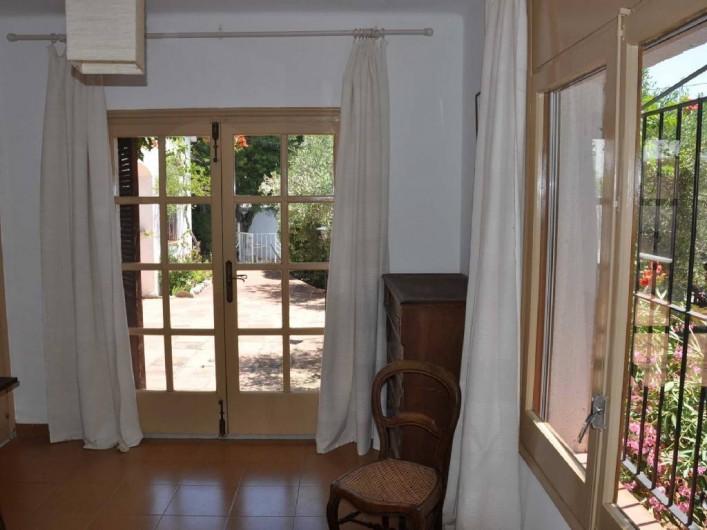 Location de vacances - Villa à Roses - Chambre 1 terrasse avec accès sdb à gauche