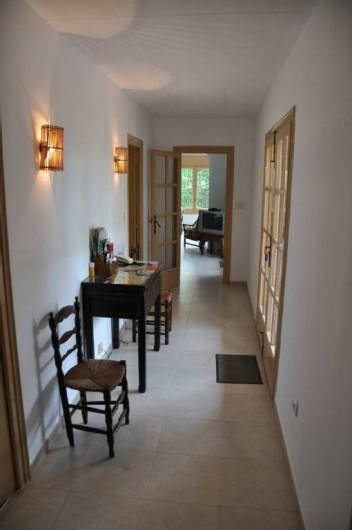 Location de vacances - Villa à Roses - Entrée : salon, salle à manger en face, cuis à gauche.