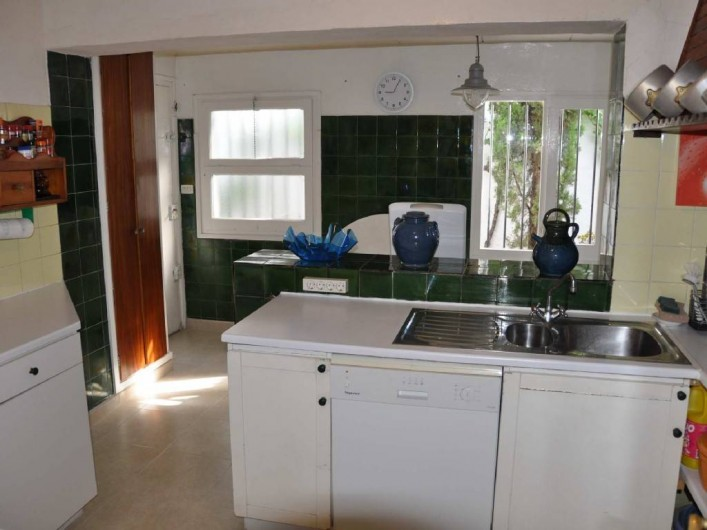 Location de vacances - Villa à Roses - Entrée de la cuisine vue sur courette arrière