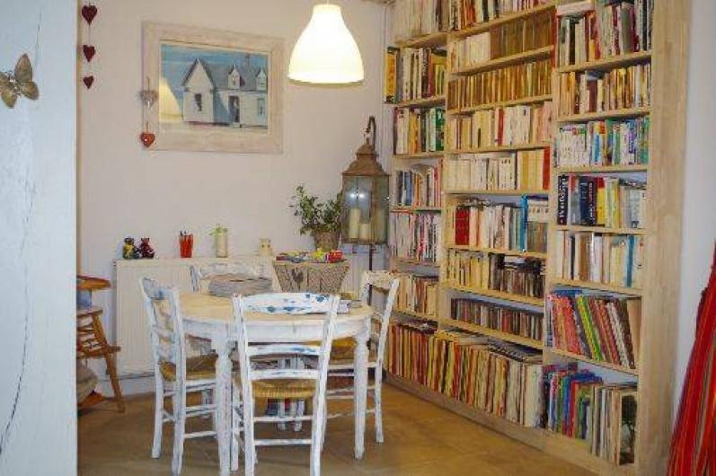 Location de vacances - Chambre d'hôtes à Arrens-Marsous - Le coin bibliothèque avec livres, BD pour petits et grands, cartes, topos...