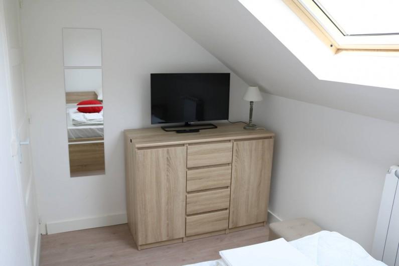 Location de vacances - Appartement à Aix-les-Bains - la chambre parents avec tv et miroir