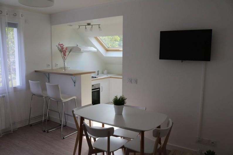 Location de vacances - Appartement à Aix-les-Bains - Le salon/ salle à manger ouvert sur cuisine aménagée