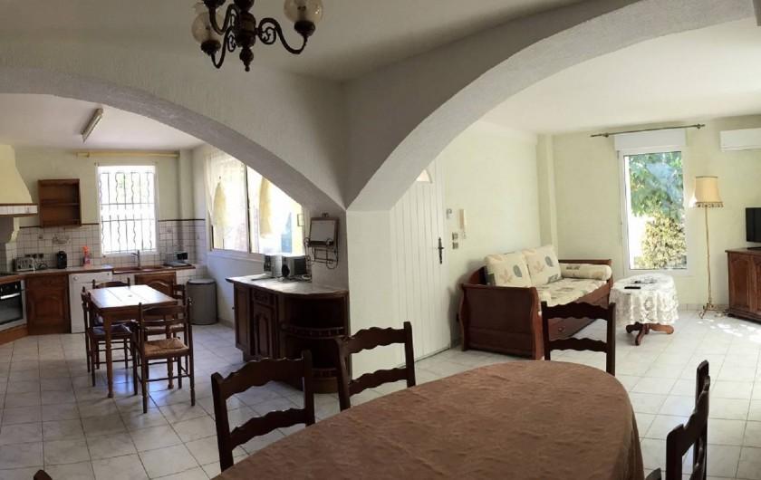 Location de vacances - Gîte à Béziers - SALON Salle à manger et cuisine gîte