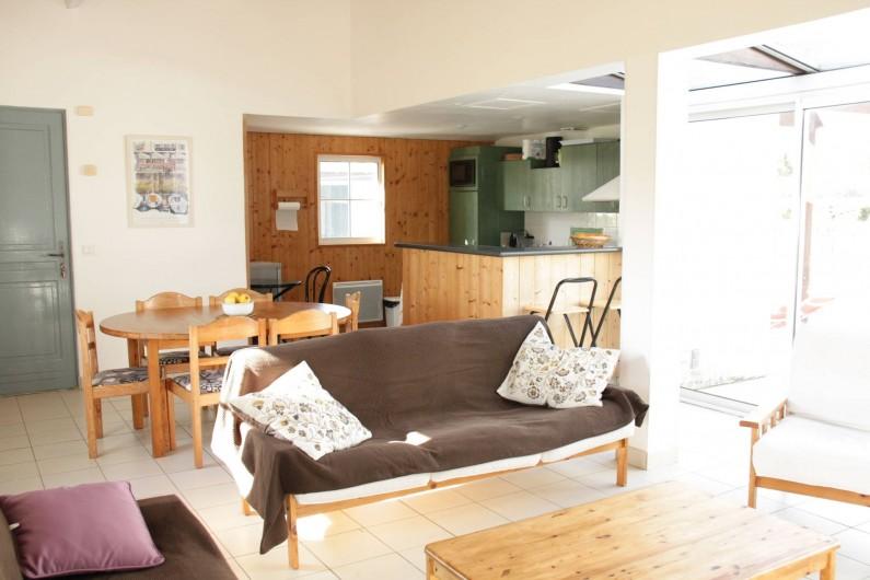 Location de vacances - Maison - Villa à Sainte-Marie-de-Ré - Séjour donnant sur salle à manger et cuisine ouverte
