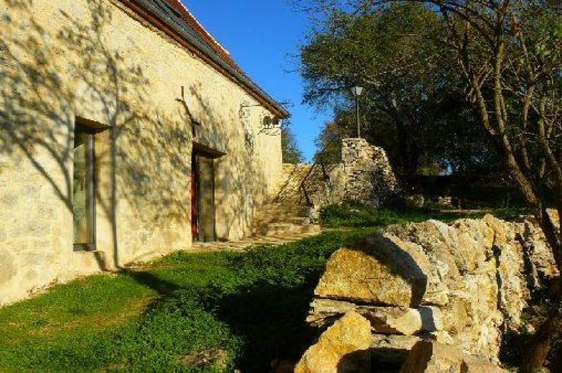 Location de vacances - Gîte à Lentillac-du-Causse - Façade sud avec les trois chambres ont deux avec accès direct sur l'extérieur