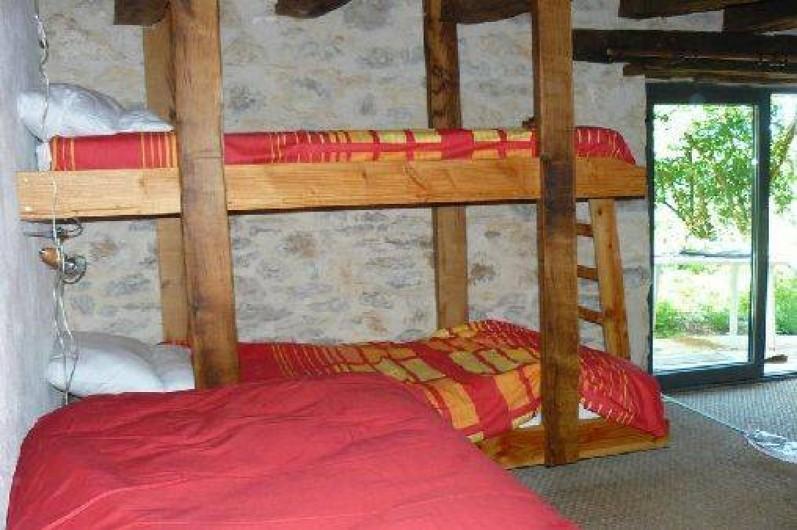 Location de vacances - Gîte à Lentillac-du-Causse - la chambre des enfants avec 4 lits, salle de bain et wc indépendants