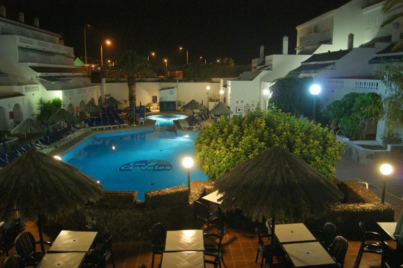 Location de vacances - Appartement à Los Cristianos - Vue du bar, le soir = sense inverse de la 1ère phot