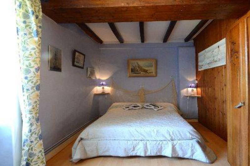 Location de vacances - Gîte à Quettehou - chambre bleue donnant sur une petite cour et sur la rue (très tranquille).