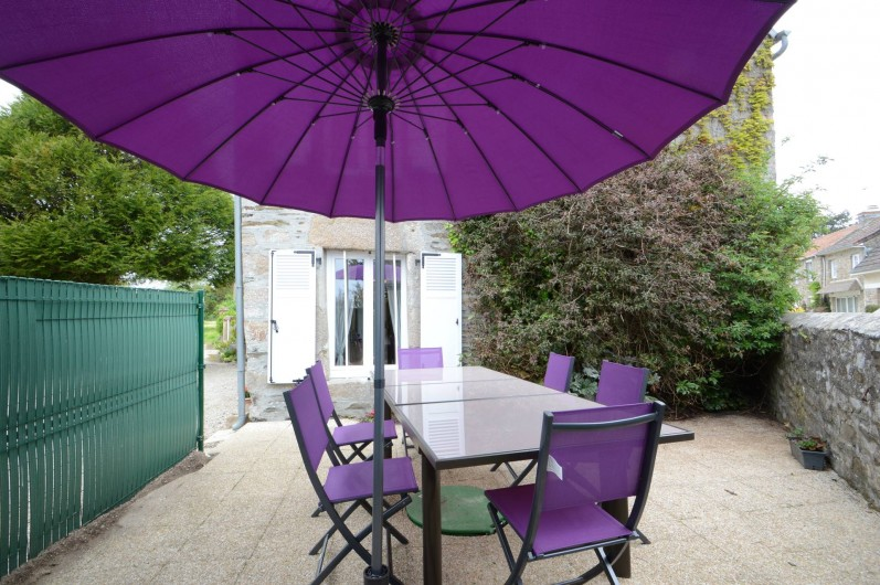Location de vacances - Gîte à Quettehou - salon de jardin sur la terrasse privative.