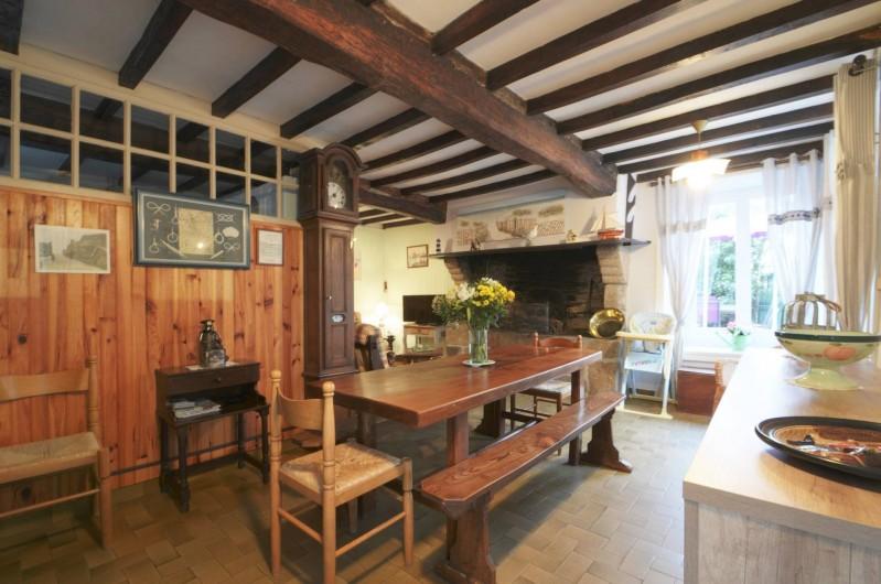 Location de vacances - Gîte à Quettehou - salle à manger avec à gauche le salon et le coin télé , internet et lecteur dvd.