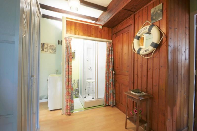 Location de vacances - Gîte à Quettehou - douche à l'étage.