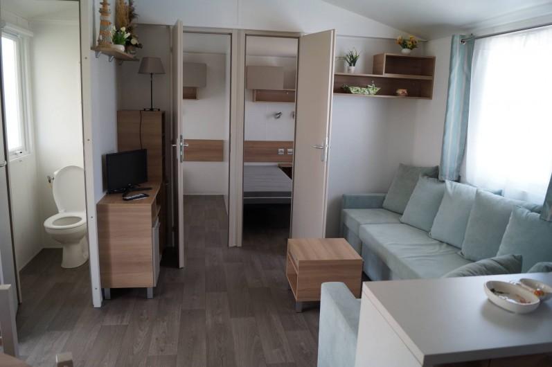 Location de vacances - Bungalow - Mobilhome à Grandcamp-Maisy - Coin salon avec l'accès aux 2 chambres lits simples