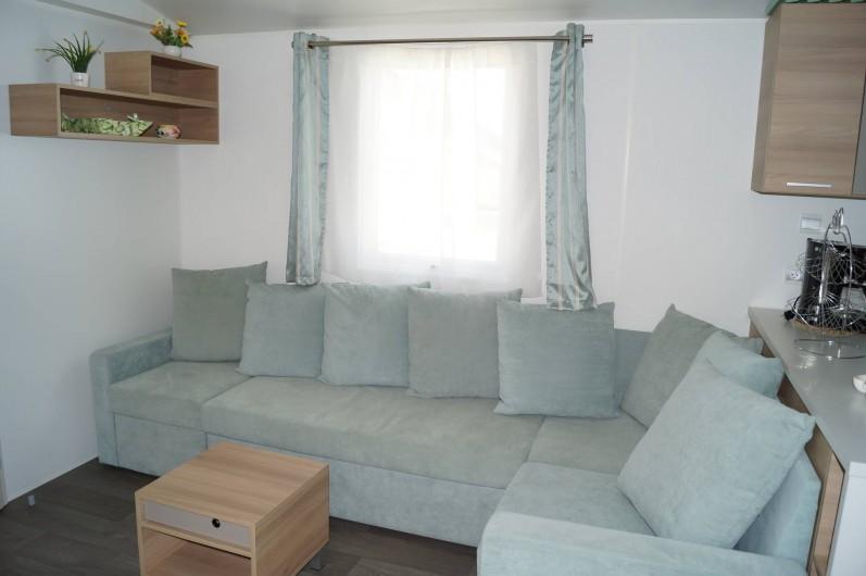 Location de vacances - Bungalow - Mobilhome à Grandcamp-Maisy - Salon d'angle avec téléviseur