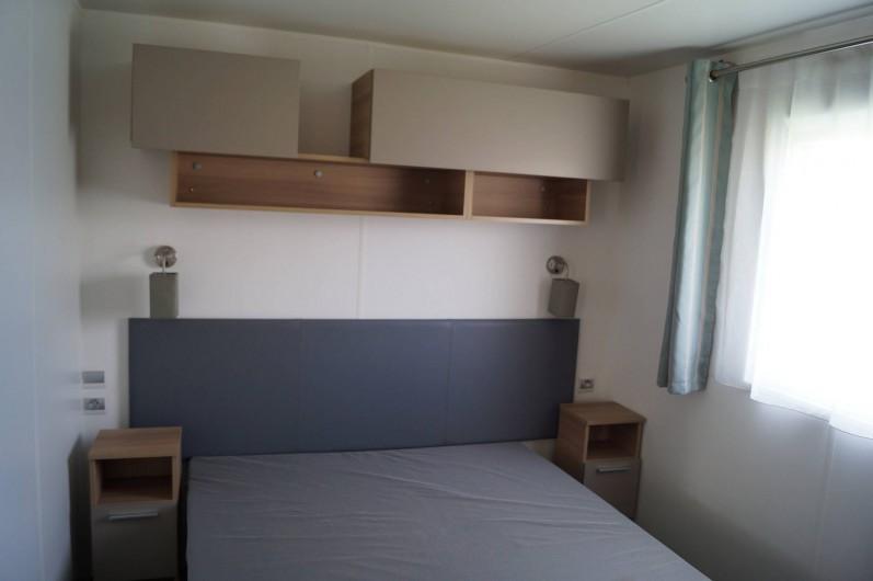 Location de vacances - Bungalow - Mobilhome à Grandcamp-Maisy - Chambre Parentale avec accès salle d'eau