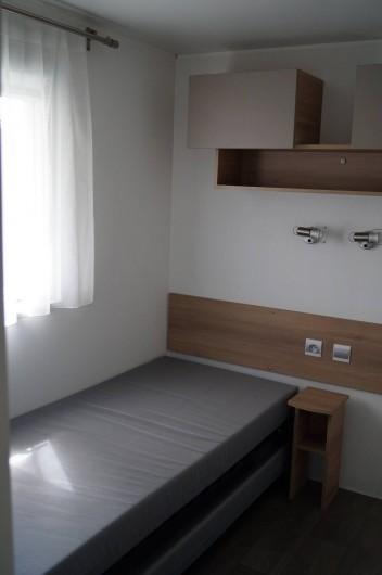 Location de vacances - Bungalow - Mobilhome à Grandcamp-Maisy - Chambre 2 lits simples