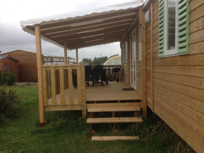 Location de vacances - Bungalow - Mobilhome à Grandcamp-Maisy - Terrasse couverte avec salon de jardin & barbecue