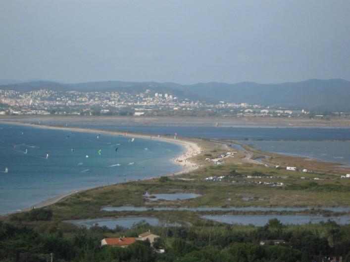 Location de vacances - Bungalow - Mobilhome à Hyères - le tombolo (route du sel) relient la presqu ile avec Hyeres une des plages de sa