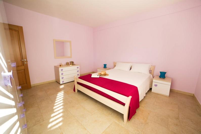 Location de vacances - Appartement à Pescoluse - Chambre 1  Grand armoir, drap artisanal pour dormir dans le confort!