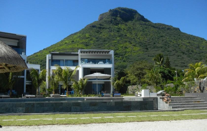 Location de vacances - Appartement à Rivière Noire - Vue de la plage sur la colline de La Tourelle