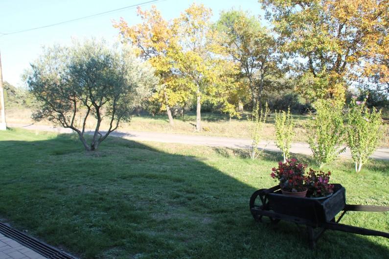 Location de vacances - Gîte à Saint-Victor-de-Malcap - vue face à la porte d'entrée