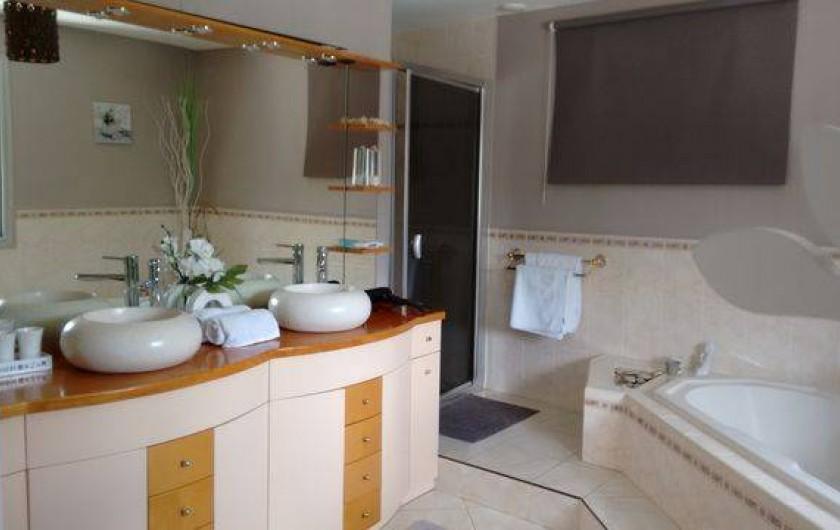 Location de vacances - Chambre d'hôtes à Aigues-Mortes - Salle bain grande chambre