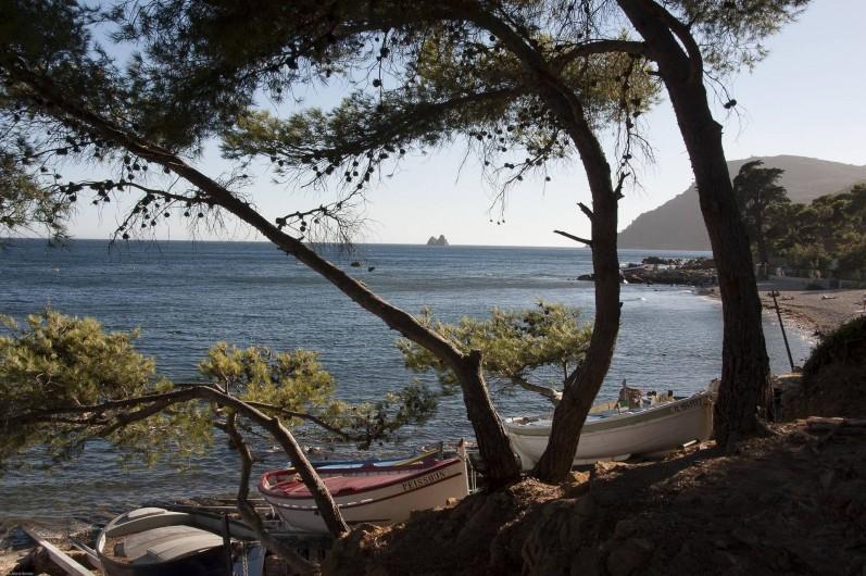 Location de vacances - Villa à Tamaris - Plage de la Verne Les Deux Frères au loin