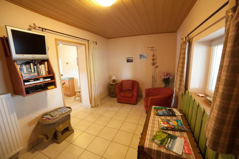 Location de vacances - Appartement à Oberrœdern - Le salon côté cuisine. TV écran plat; lecteur DVD