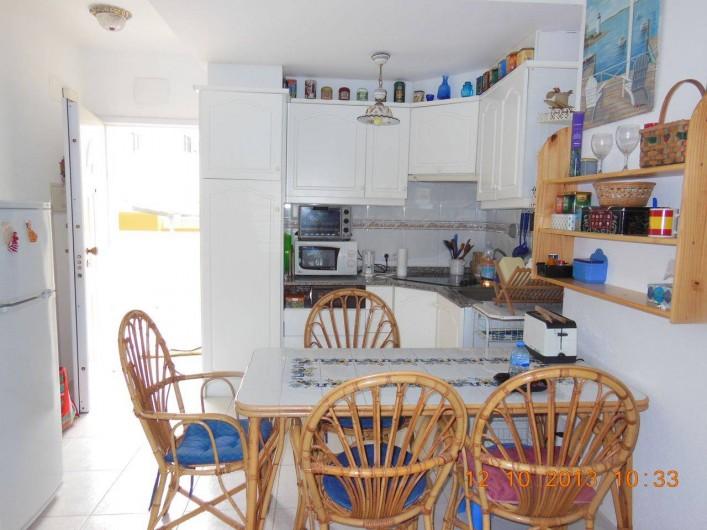Location de vacances - Appartement à Dénia - le logement est meublé avec  des meubles fabriqués dans la région