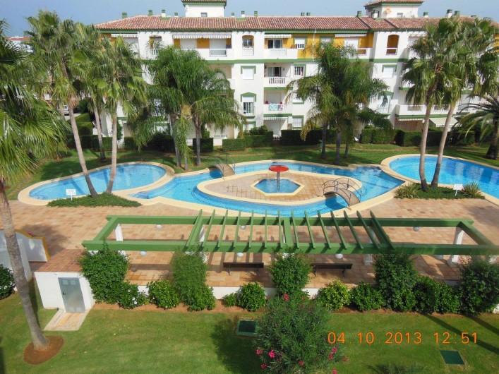 Location de vacances - Appartement à Dénia - Les piscines et le jardin vus d'un atico
