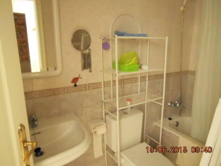 Location de vacances - Appartement à Dénia - salle de bain rangement au dessus des WC, baignoire et lave-linge