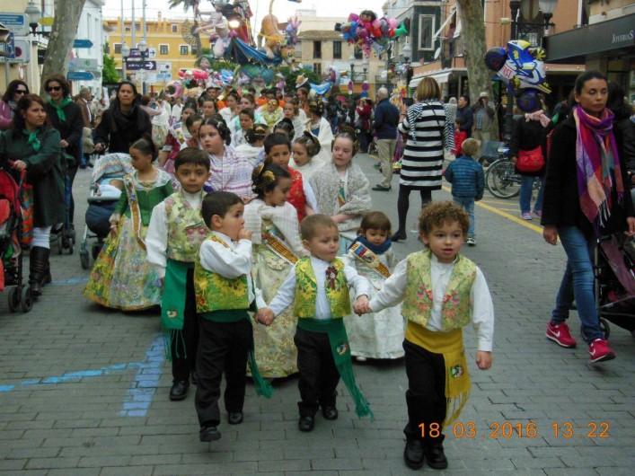 Location de vacances - Appartement à Dénia - Dénia le défilé des enfants  dans leurs costumes multicolors