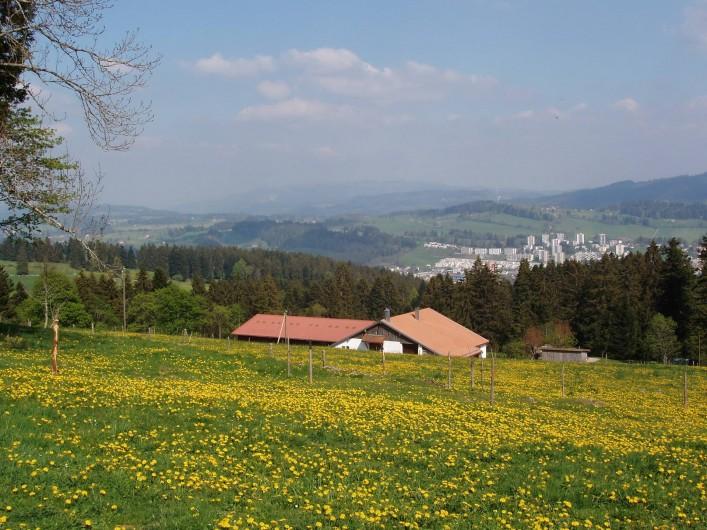 Location de vacances - Appartement à La Chaux-de-Fonds - Notre ferme avec la ville en arrière plan
