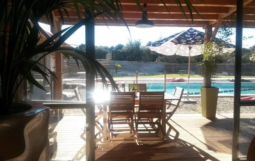 Location de vacances - Insolite à Richerenches - Restaurant en bord de piscine