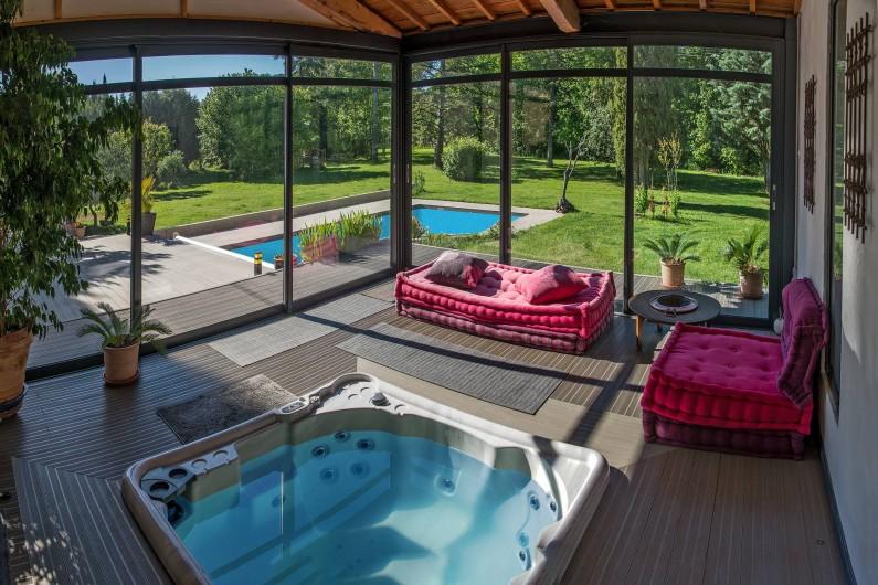 Location de vacances - Roulotte à Pernes-les-Fontaines - Espace salon détente clos vitré. Jacuzzi 5 places.